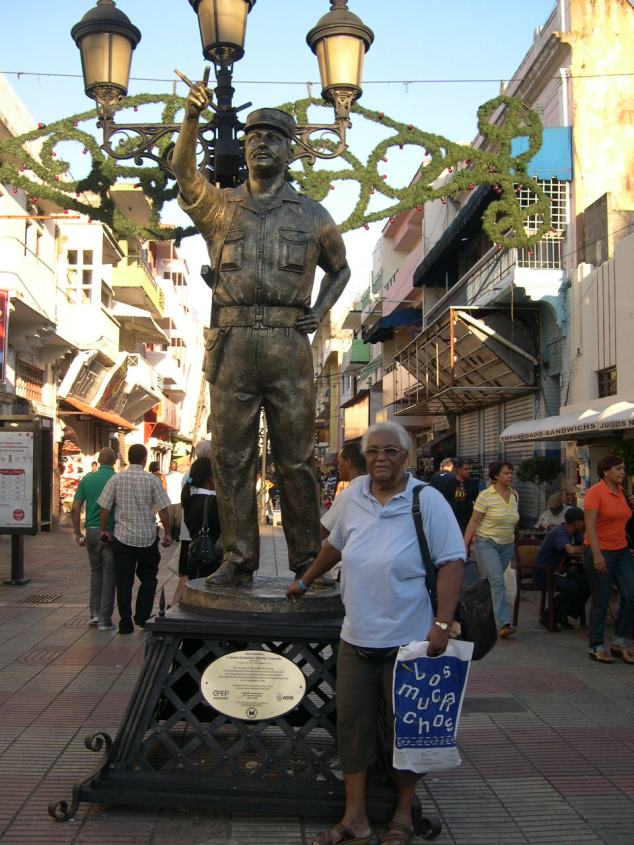 Jeanne devant Statue