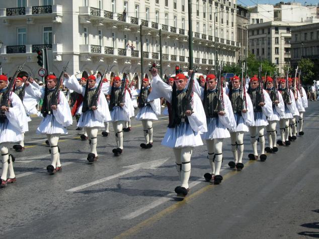 la Parade , ils sont beau les Grecs