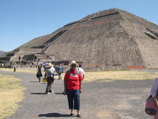 DSCN7015 Jeanne au pied de la pyramide du Soleil
