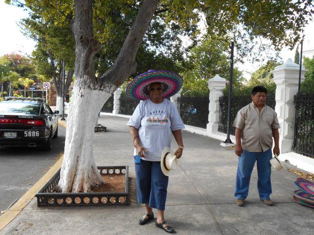 DSCN0115 Jeanne à MERIDA  avec son beau chapeau