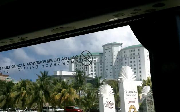 vues des hôtels de Cancun à travers vitres du bus