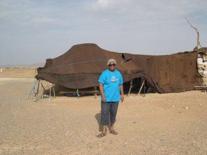 Jeanne devant une tente dans le désert