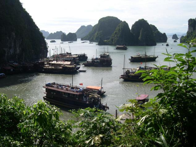 La Baie d'Halong 13 avec des Jonques