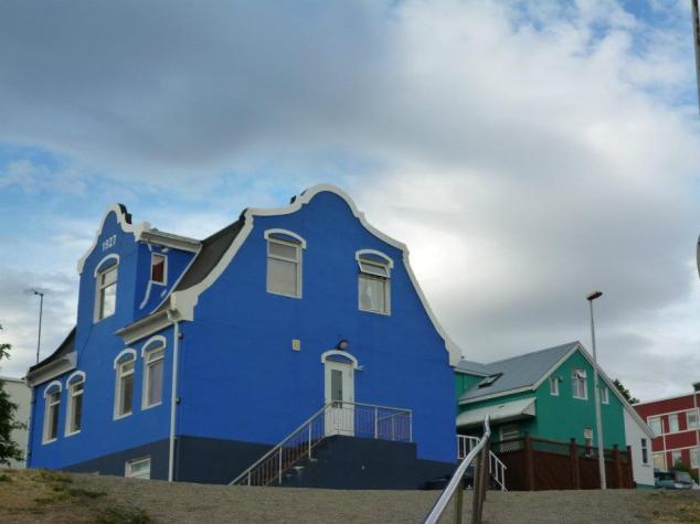 Maisons bleu accrochée à la colline d'Akureyri