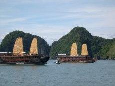 La Baie d'Halong 12 avec deux Jonques traditionnelles