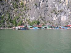 La baie d'Halong avec Maisons de Pécheurs