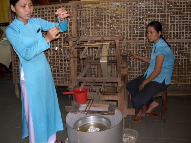 Ouvrieres tissants la soie