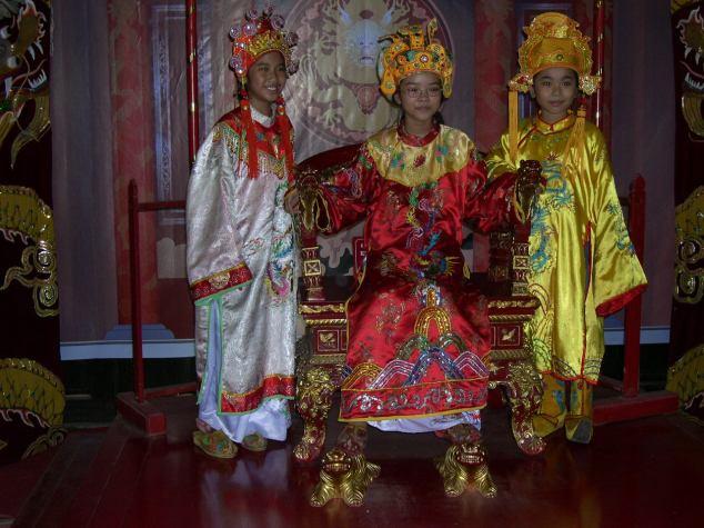 Petits enfants en costume Vietnamien 2