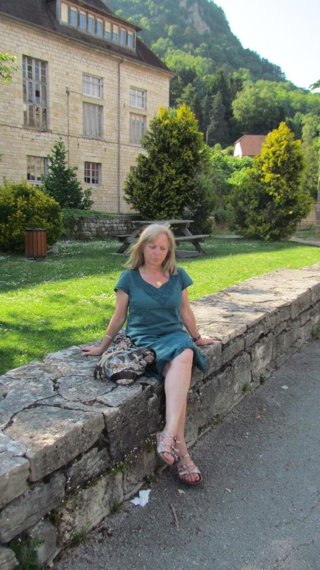 2015-06-07-Salins-les-Bains-Sylviane dvt la maternité où elle est née