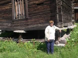 Jeanne devant une maison ancienne